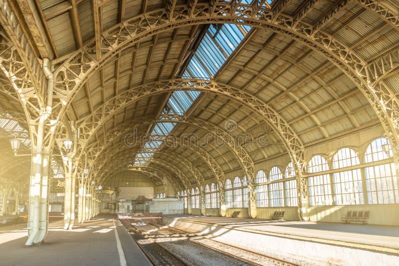 La arquitectura curvó los arcos, los puntales y el tejado de cristal, detalles interiores del metal en la estación de tren vacía imágenes de archivo libres de regalías