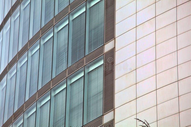 La arquitectura detalla el backg de cristal constructivo moderno del negocio de la fachada imagen de archivo