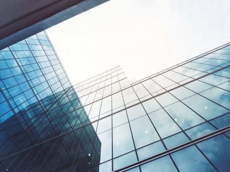 La arquitectura detalla el fondo de cristal constructivo moderno del negocio de la fachada imagen de archivo
