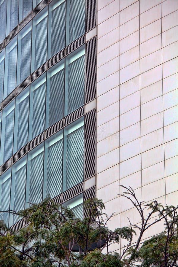 La arquitectura detalla la fachada de cristal constructiva moderna fotografía de archivo