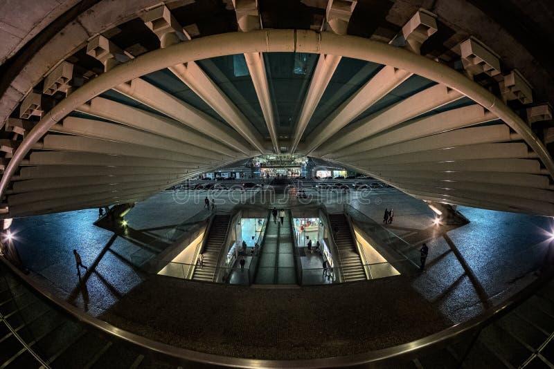La arquitectura moderna de la estación portuguesa Oriente en la ciudad de Lisboa Estructuras hechas del vidrio y de la estafa fotografía de archivo libre de regalías