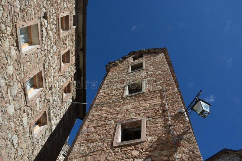 la arquitectura vertical de las casas de Casso, Pordenone, tristemente famoso por la tragedia de Vajont imagenes de archivo