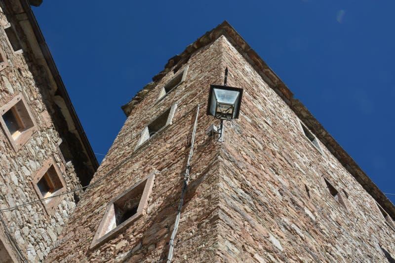 la arquitectura vertical de las casas de Casso, Pordenone, tristemente famoso por la tragedia de Vajont imagen de archivo