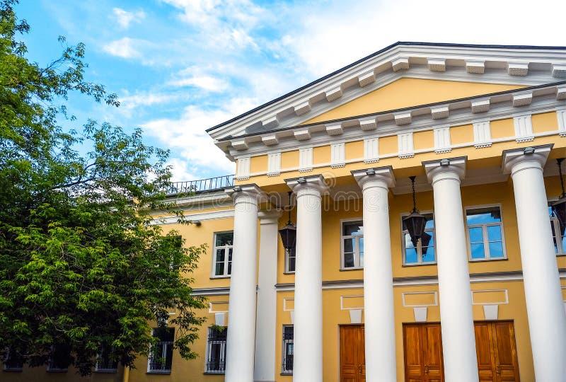 La arquitectura y las ventanas del renacimiento antiguo diseñan el edificio clásico fotografía de archivo