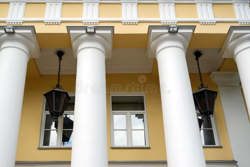 La arquitectura y las ventanas del renacimiento antiguo diseñan el edificio clásico fotos de archivo libres de regalías