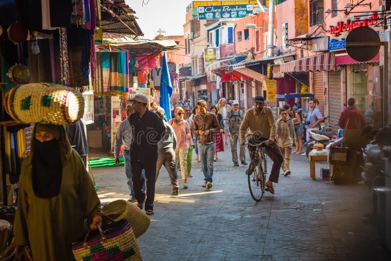 La atmósfera en las calles de Marrakesh vieja imagen de archivo