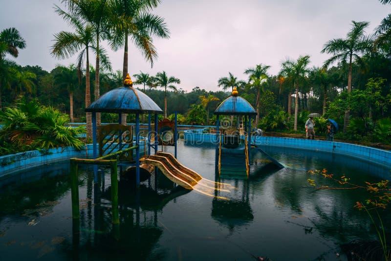 La atracción oscura Ho Thuy Tien del turismo abandonó el waterpark, cerca de la ciudad de la tonalidad, Vietnam central, Asia sud imagen de archivo