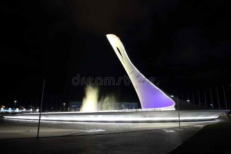 La atracción principal de los juegos 2014 de olimpiada de invierno es el cuenco de la llama olímpica en el parque olímpico fotos de archivo libres de regalías