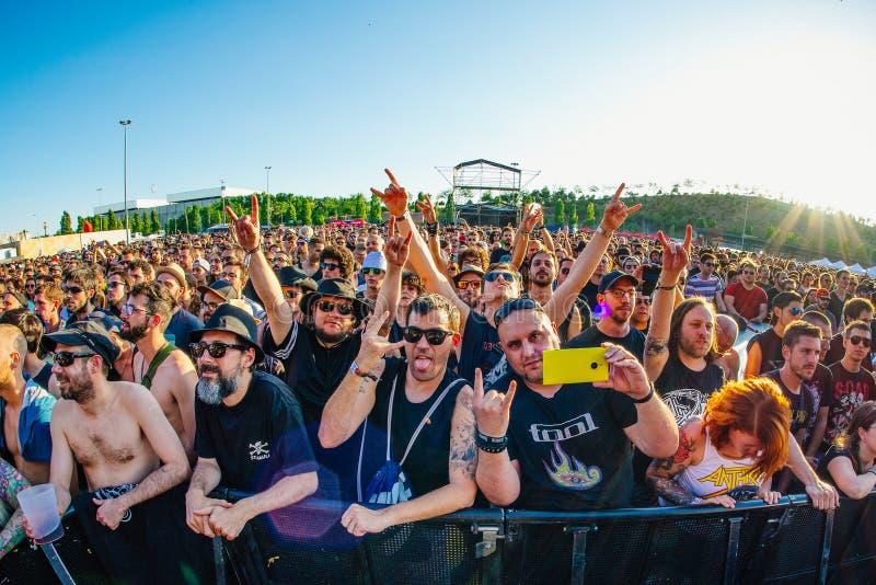La audiencia en un concierto en el festival de música de metales pesados de la transferencia directa imagen de archivo