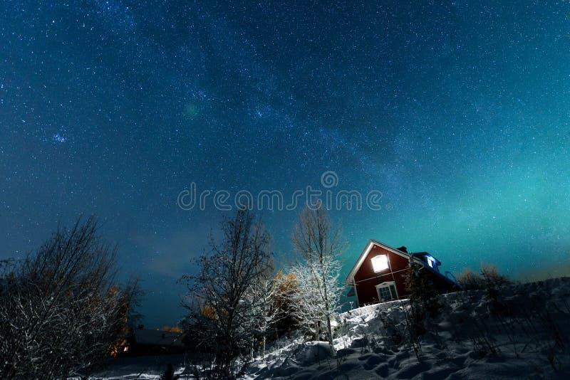 La aurora boreal Aurora Borealis y vía láctea en el lago del pueblo de Kuukiuru en Laponia, Finlandia fotografía de archivo libre de regalías