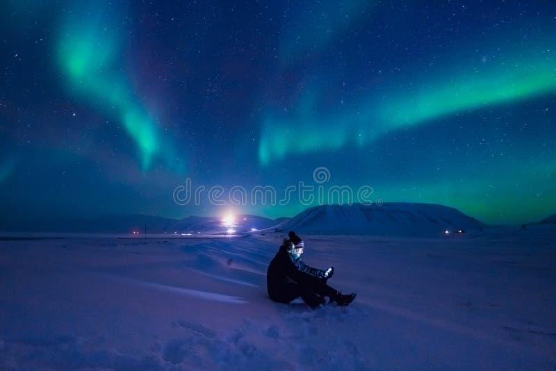 La aurora boreal en las montañas de Svalbard, Longyearbyen, Spitsbergen, papel pintado de Noruega imagen de archivo