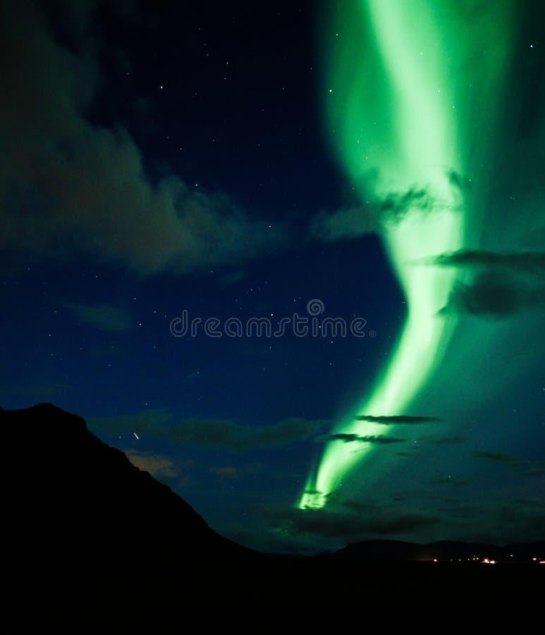 La aurora boreal icónica sobre Islandia fotos de archivo