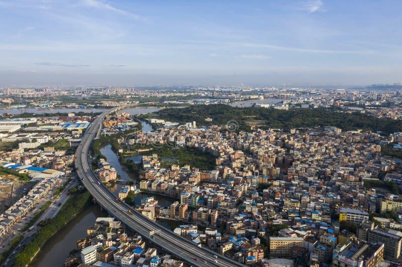 La autopista atraviesa el pueblo de la ciudad fotos de archivo