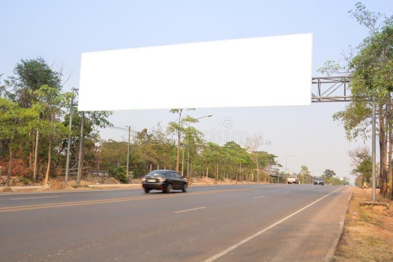 La autopista sin peaje blanca en blanco firma encima el camino imagen de archivo libre de regalías