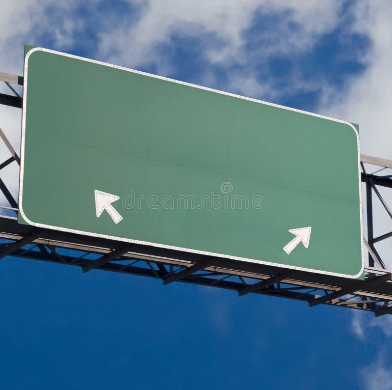 La autopista sin peaje en blanco firma adentro el cielo nublado azul foto de archivo libre de regalías