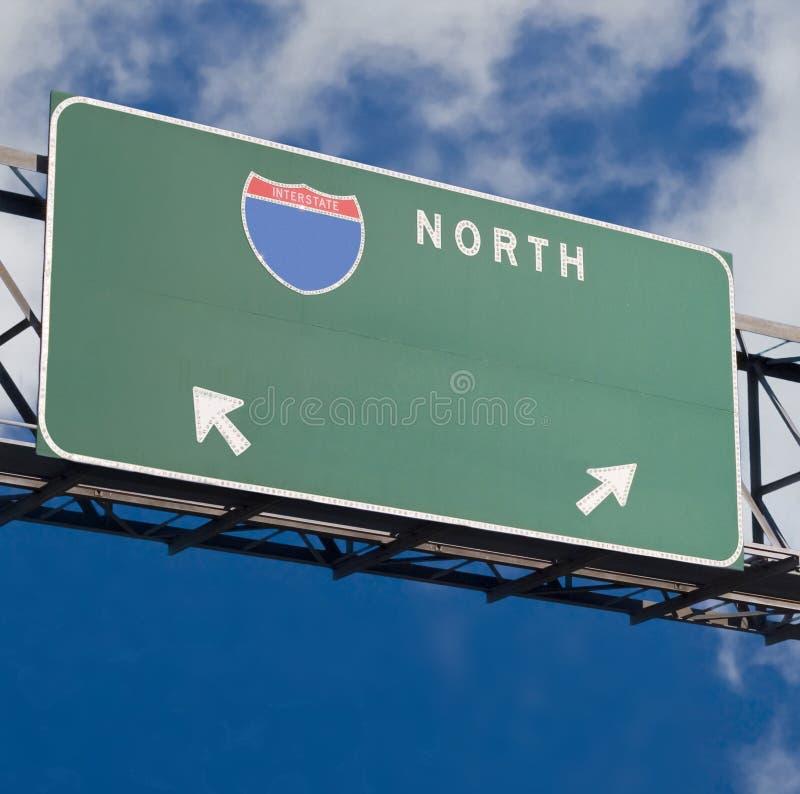 La autopista sin peaje en blanco firma adentro el cielo nublado azul imagen de archivo libre de regalías