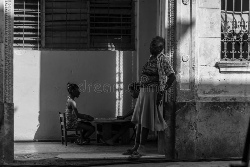 La La Avana, Cuba, serie cubana del ritratto, donna anziana con due ragazze sopra appoggia fotografia stock libera da diritti
