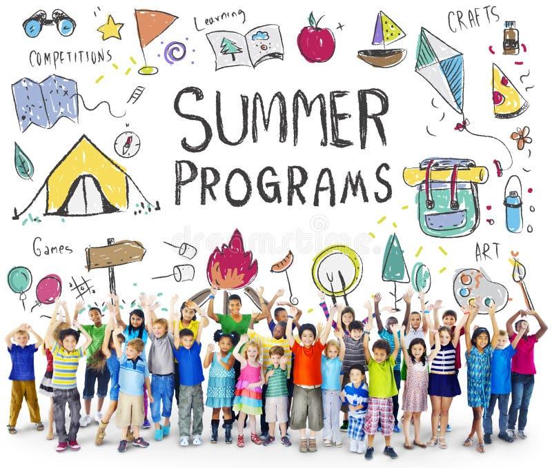 La aventura del campo de los niños del verano explora concepto imagenes de archivo