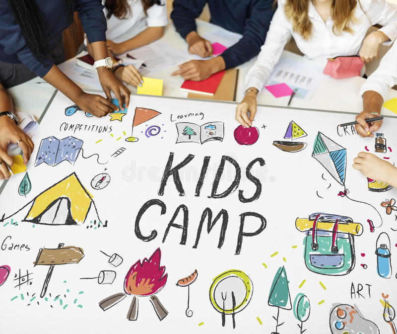 La aventura del campo de los niños del verano explora concepto fotografía de archivo