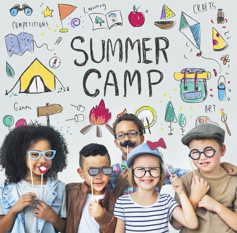 La aventura del campo de los niños del verano explora concepto fotografía de archivo libre de regalías