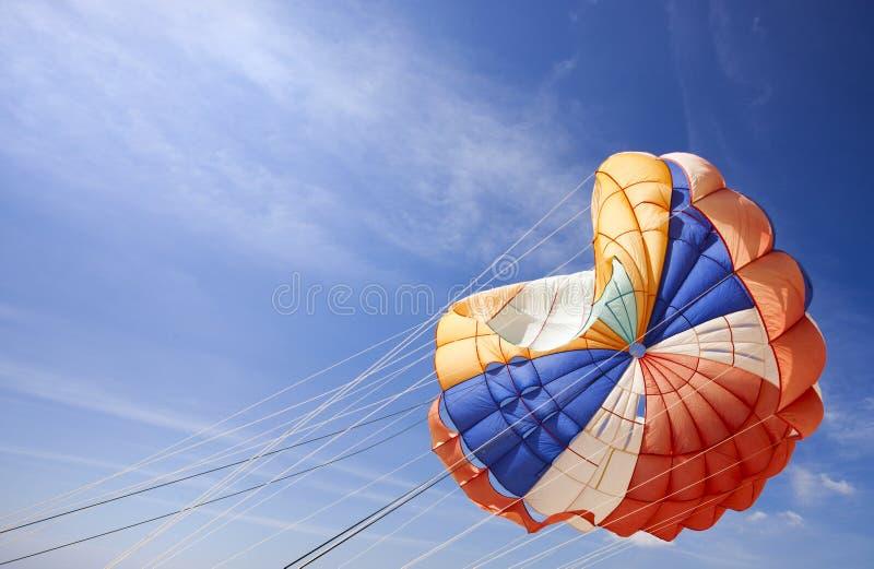 La bóveda de un paracaídas en el cielo imagenes de archivo