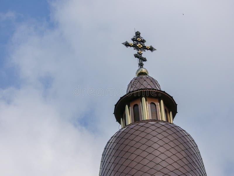 La bóveda de un templo cristiano contra un cielo azul del verano imágenes de archivo libres de regalías