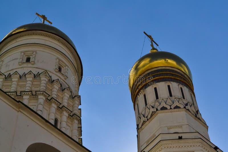 La bóveda del campanario de Ivan el grande enfrente del cielo azul Visión inferior foto de archivo libre de regalías