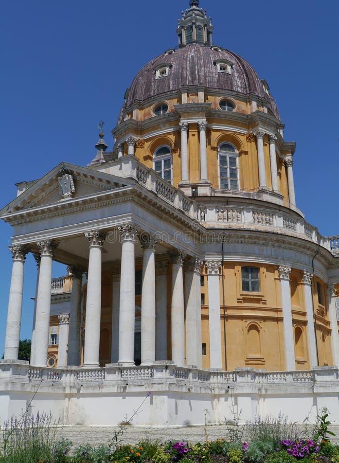 La bóveda y las columnas de una iglesia italiana imagen de archivo libre de regalías