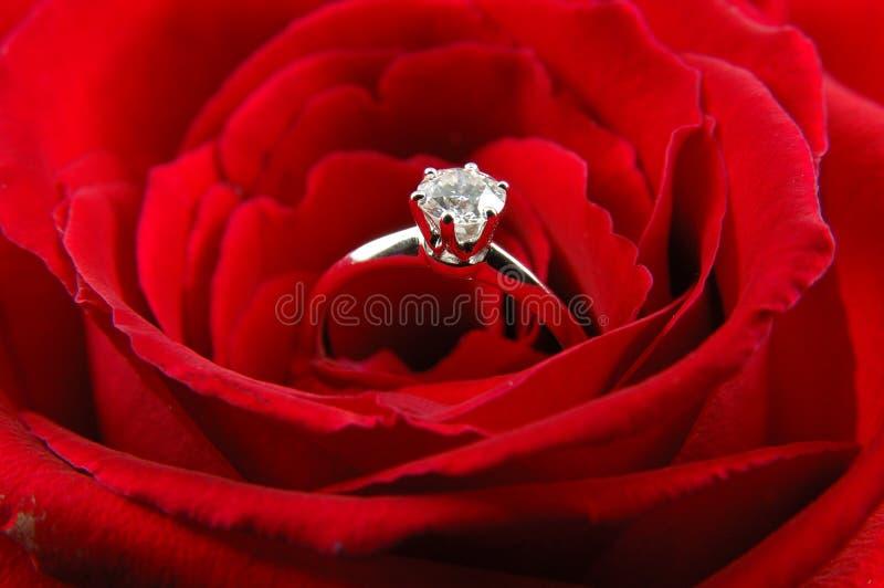 La bague de fiançailles en rouge a monté photos stock
