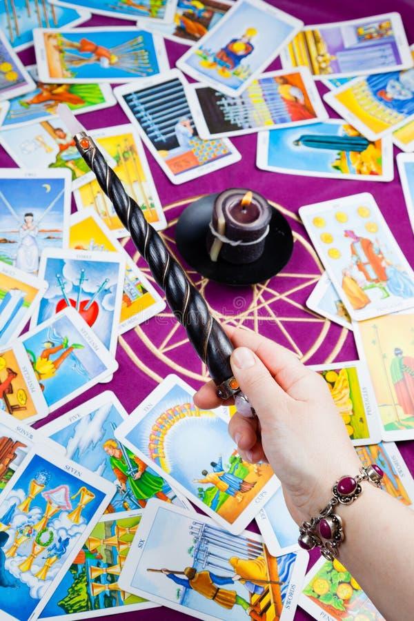 La baguette magique magique s'est retenue à disposition. image stock