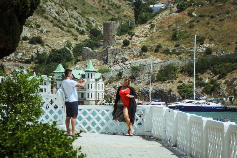 La bahía de Balaklava y las ruinas del arpicordio Genoese de la fortaleza Balaklava, Crimea La gente admira el mar fotografía de archivo