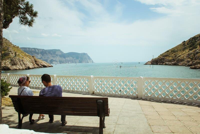 La bahía de Balaklava y las ruinas del arpicordio Genoese de la fortaleza Balaklava, Crimea La gente admira el mar imagen de archivo