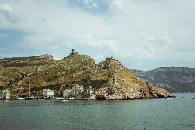 La bahía de Balaklava y las ruinas del arpicordio Genoese de la fortaleza Balaklava, Crimea Paisaje marino hermoso fotografía de archivo libre de regalías