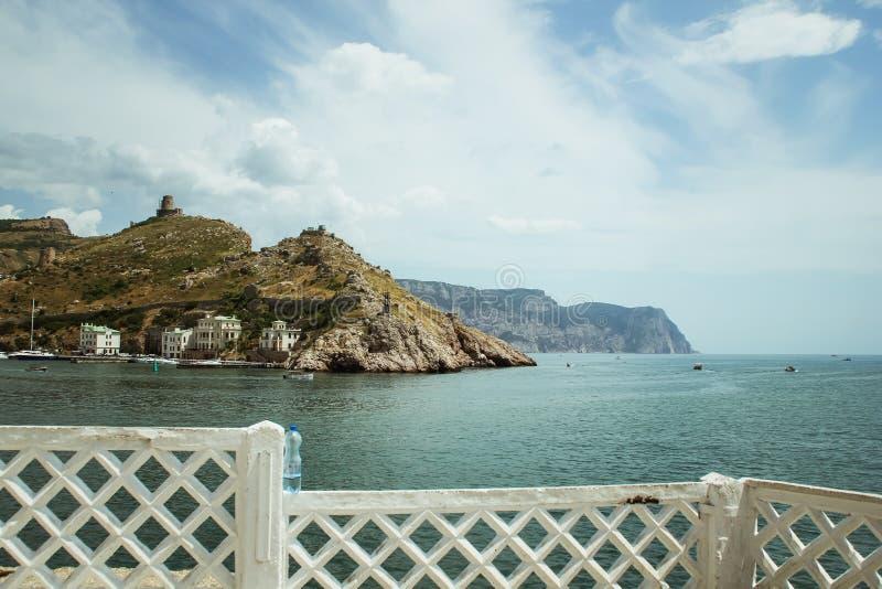 La bahía de Balaklava y las ruinas del arpicordio Genoese de la fortaleza Balaklava, Crimea Paisaje marino hermoso fotografía de archivo