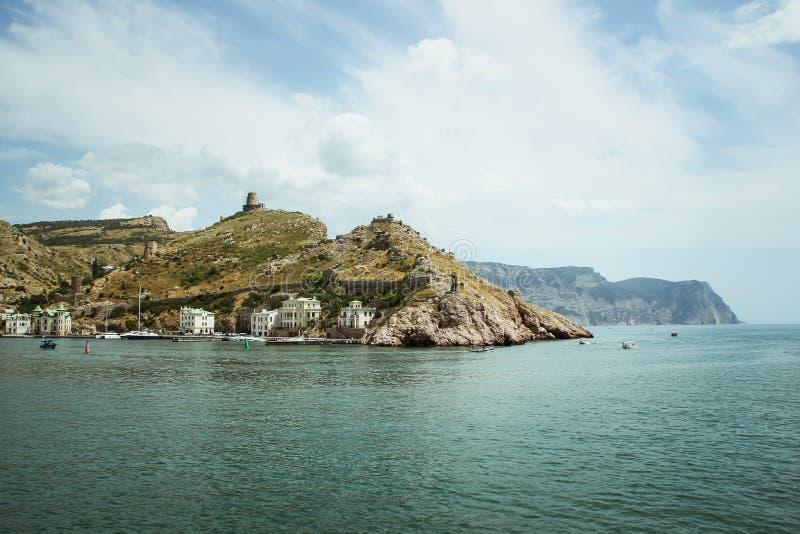 La bahía de Balaklava y las ruinas del arpicordio Genoese de la fortaleza Balaklava, Crimea Paisaje marino hermoso imagenes de archivo