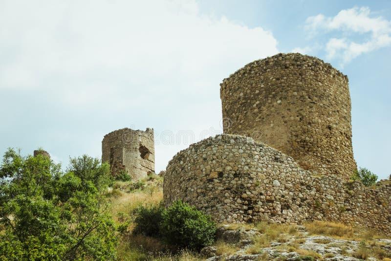 La bahía de Balaklava y las ruinas del arpicordio Genoese de la fortaleza Balaklava, Crimea Paisaje marino hermoso imagen de archivo