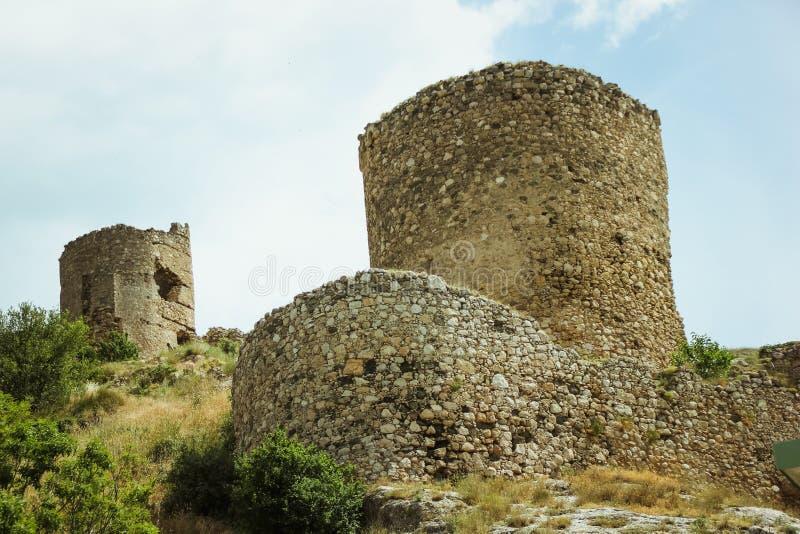 La bahía de Balaklava y las ruinas del arpicordio Genoese de la fortaleza Balaklava, Crimea Paisaje marino hermoso imagen de archivo libre de regalías