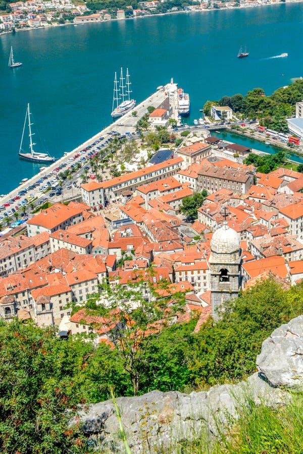 La bahía de la bahía de Kotor es uno de los lugares más hermosos en el mar adriático imágenes de archivo libres de regalías
