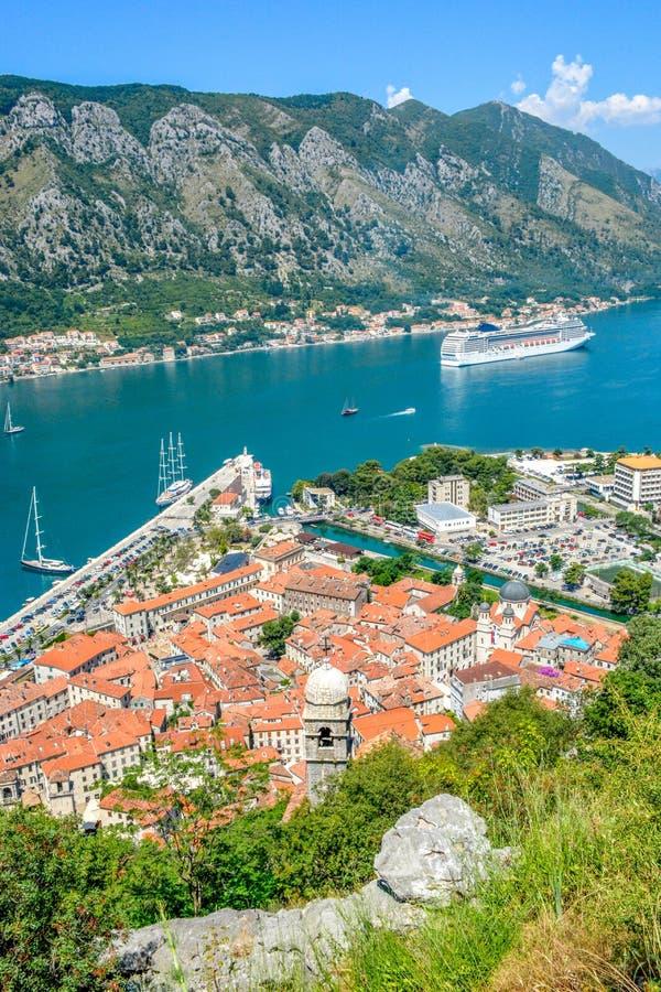 La bahía de la bahía de Kotor es uno de los lugares más hermosos en el mar adriático fotos de archivo libres de regalías