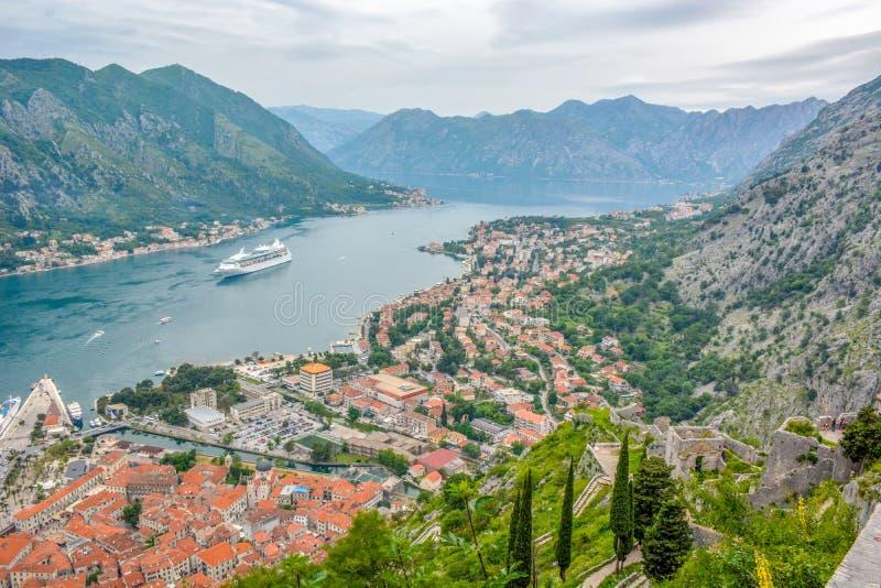 La bahía de la bahía de Kotor es uno de los lugares más hermosos en el mar adriático fotografía de archivo libre de regalías