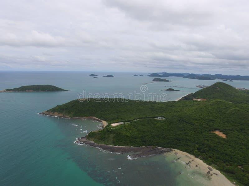 La bahía de la isla del mar del paisaje de Tailandia enarena con el océano del azul de cielo fotos de archivo libres de regalías