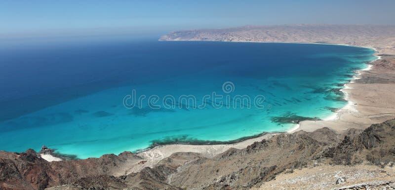 La bahía de la turquesa y la arena blanca varan – el Socotra, Yemen fotos de archivo