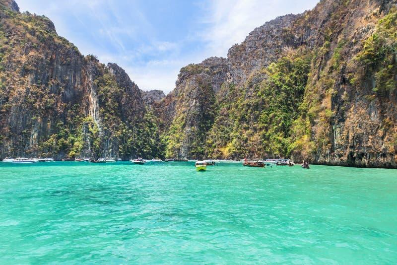 La bahía de Pileh es laguna azul con la bahía popular de la roca de la piedra caliza en la isla de la phi de la phi en el mar de  foto de archivo libre de regalías
