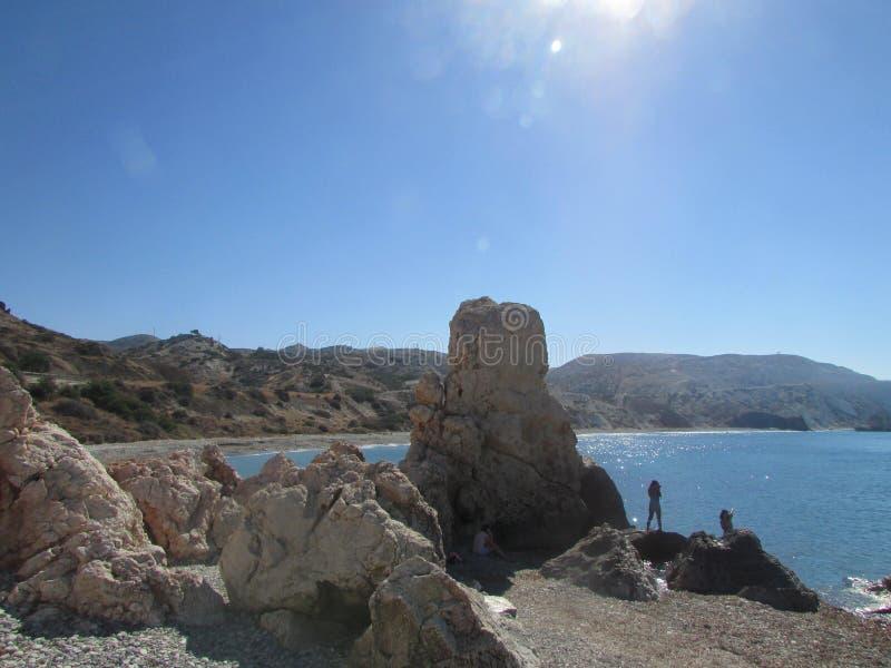 La bahía del Aphrodite en la costa meridional de Chipre, el mediterráneo es siempre un mar caliente y un cielo azul foto de archivo