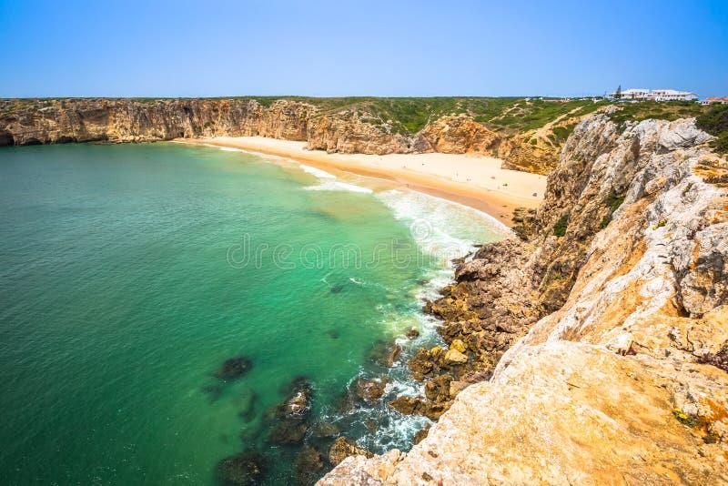 La bahía hermosa y la playa arenosa del Praia hacen Beliche cerca del sao de Cabo foto de archivo libre de regalías