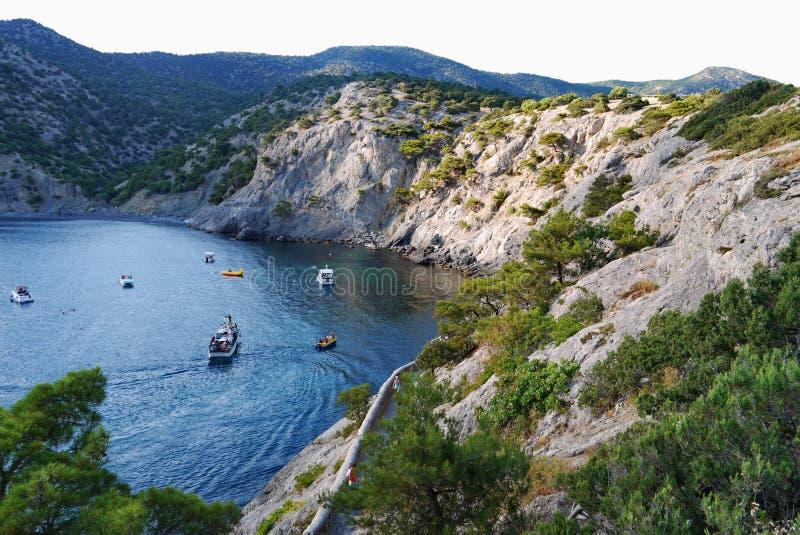 La bahía profunda en el mar profundo es rodeada por las rocas hierba-cubiertas sin fin El caminar en la naturaleza foto de archivo