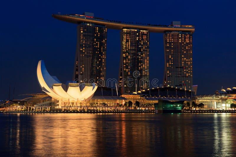 La baia del porticciolo smeriglia l'hotel ed il casinò, Singapore fotografie stock libere da diritti
