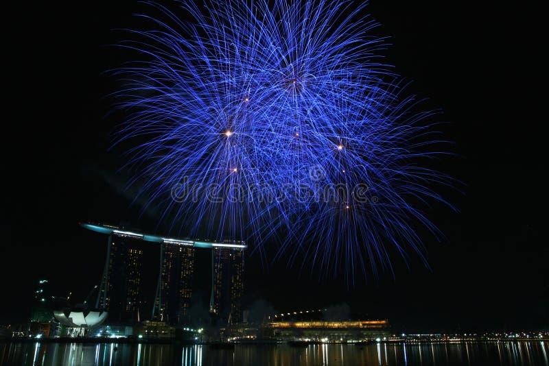La baia del porticciolo smeriglia la visualizzazione dei fuochi d'artificio fotografia stock libera da diritti