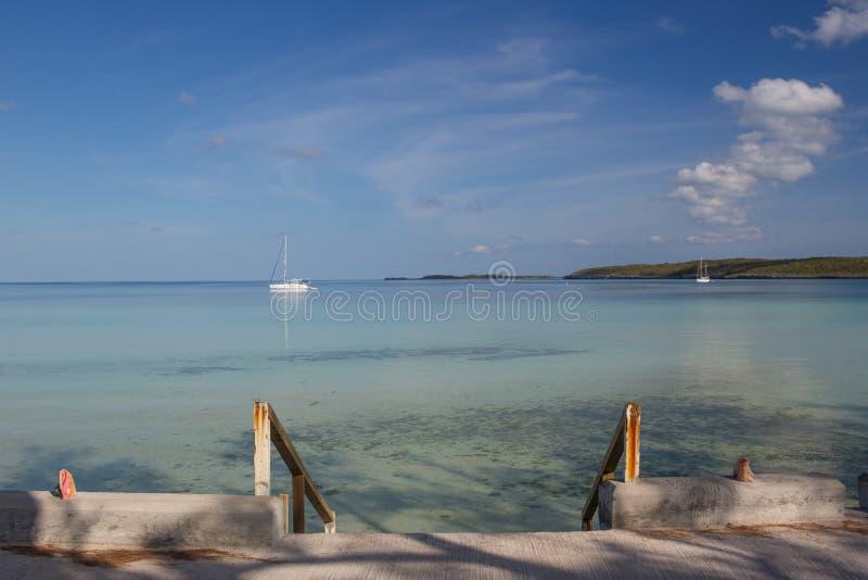 La baia e le barche a vela al ` s del governatore Harbour, Eleuthera fotografia stock libera da diritti