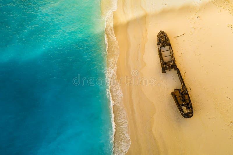 La baia e la nave di Navagio demoliscono la spiaggia di estate Zacinto, Grecia n il Mar Ionio immagini stock